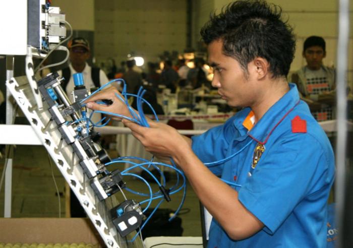 Praktek kerja seorang peserta didik SMK (foto: psmk.kemdikbud.go.id)